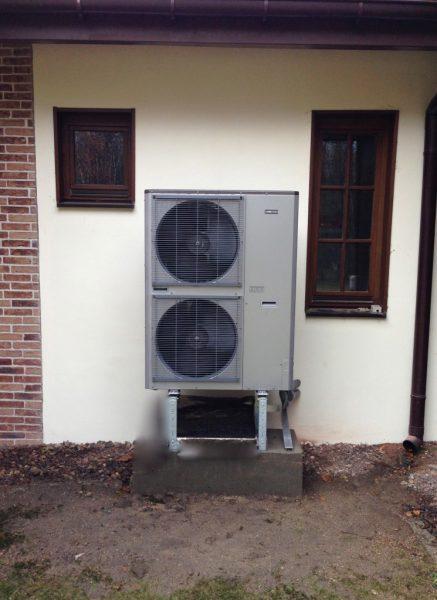 Pompy ciepła | Przykład powietrznej pompy ciepła umiejscowionej na zewnątrz budynku