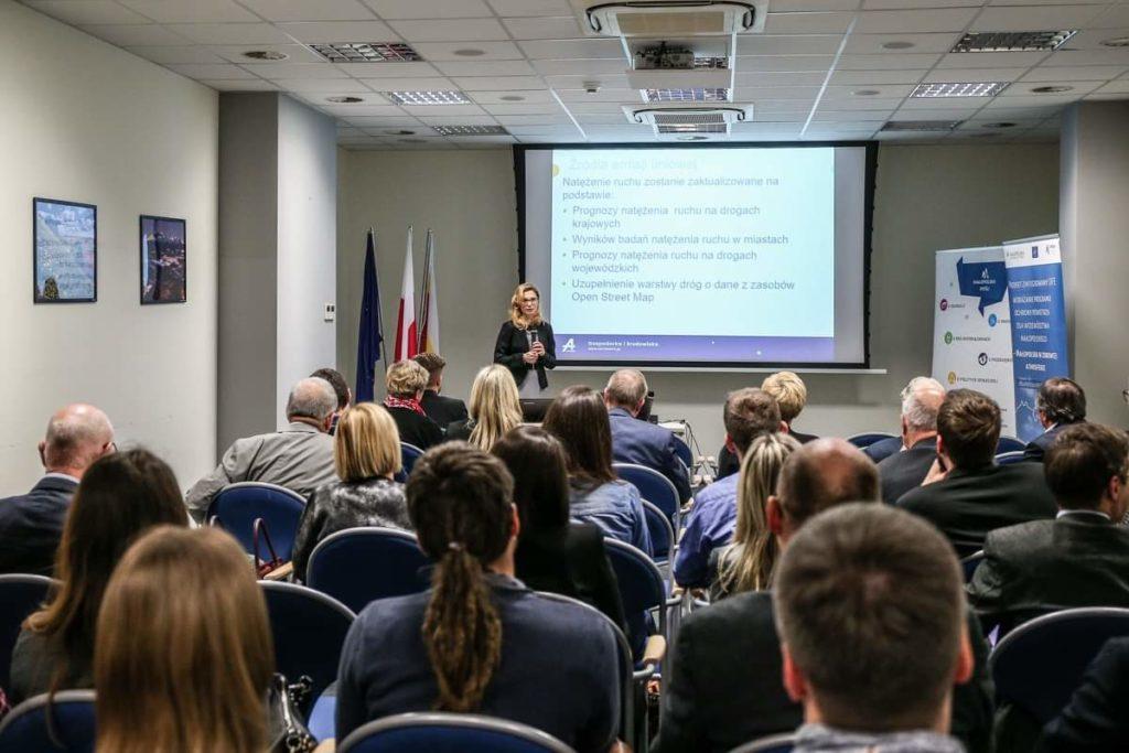 Przedstawiciel Wykonawcy Programu ochrony powietrza w trakcie prezentacji.