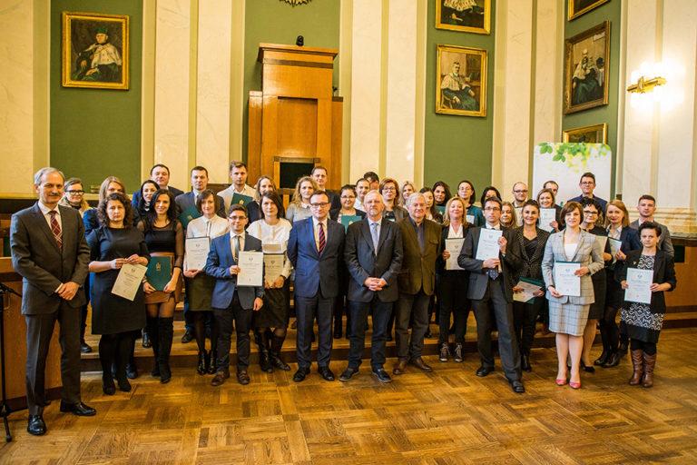 Zdjęcie grupowe absolwentów drugiej edycji studiów